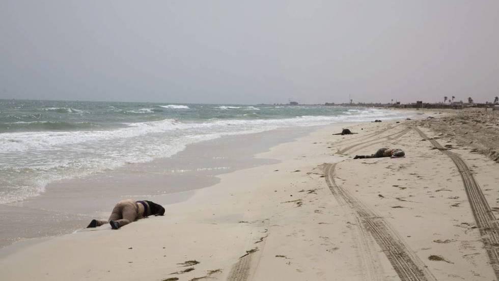 Hallados 117 cadáveres de náufragos en una playa de Libia