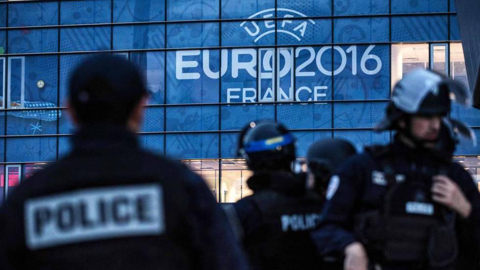 Policial durante simulação no estádio Parc Olympique Lyonnai, em Paris.