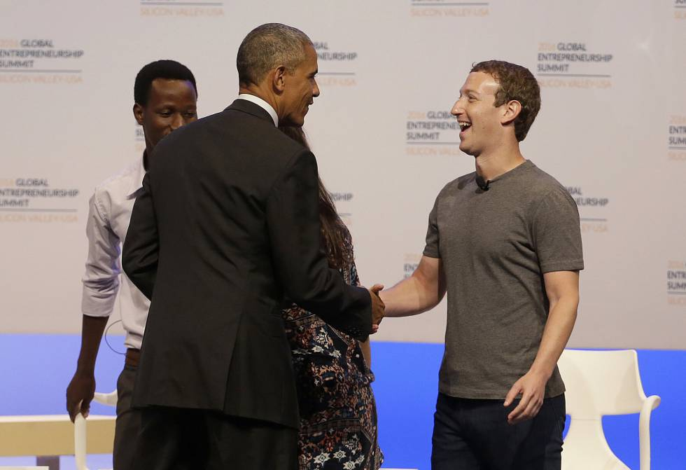 Barack Obama da la bienvenida a Mark Zuckerberg, fundador de Facebook.