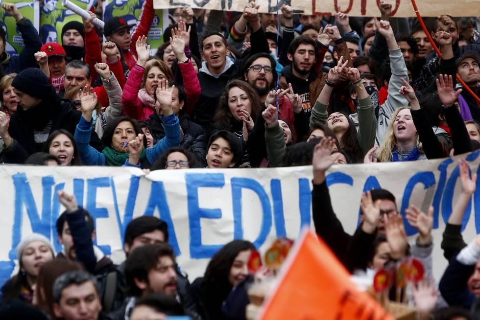 Jóvenes se movilizan para exigir una nueva educación.