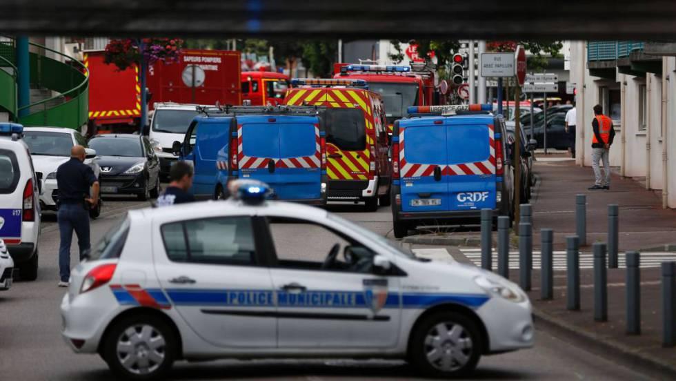 Policiais e bombeiros franceses nos arredores da igreja da Normandia onde agressores se entrincheiraram com reféns.
