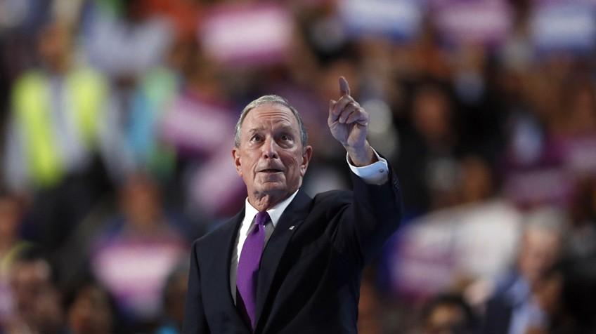 Michael Bloomberg acena da tribuna na Filadélfia.