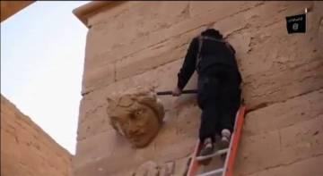 Un yihadista destruye a palos un elemento de Hatra (Irak).