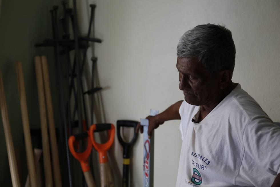 Guadalupe y las palas, las varillas, los cavahoyos, en la casa de la señora Rosalía. Esta imagen es de un día que no salieron a buscar: llovía.