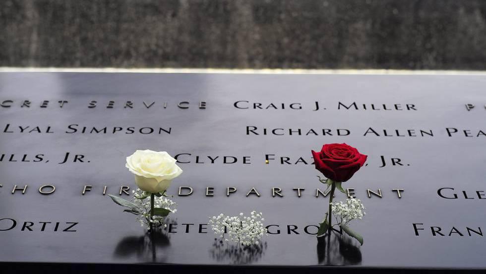 Flores sobre os nomes de vítimas nos espelhos d'água do Marco Zero.