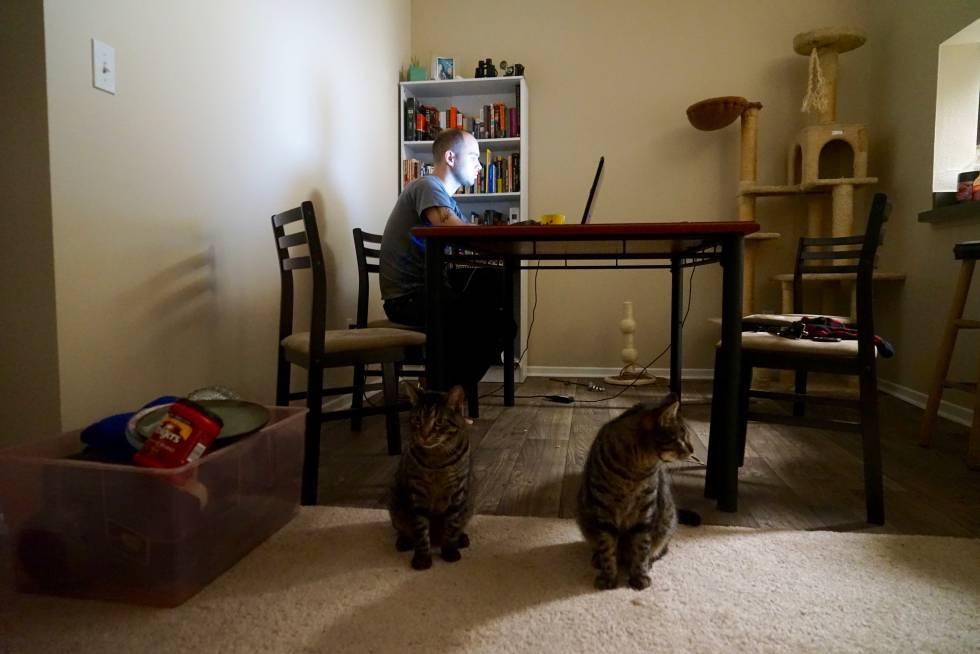 Alexander Portelli trabajando en su casa de Aurora (Colorado).