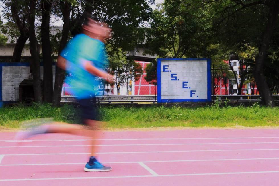 Un estudiante corre dentro de las instalaciones de la ESEF
