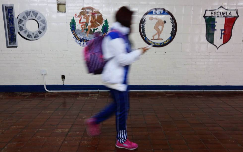 Una estudiante dentro de las instalaciones de la ESEF