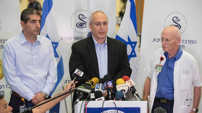 O filho de Shimon Peres, Jemi Peres (centro), ao lado da equipe médica, anuncia a morte do pai.