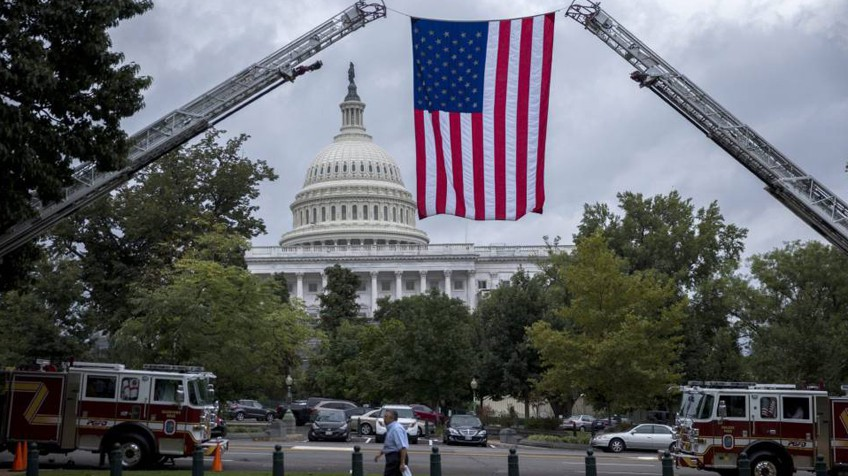 Bandeira dos EUA diante do Capitólio.