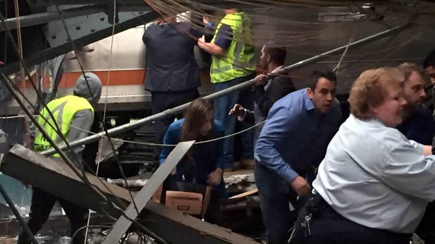 As vítimas do acidente na estação de Hoboken, em Nova Jersey, saem do trem depois da colisão.