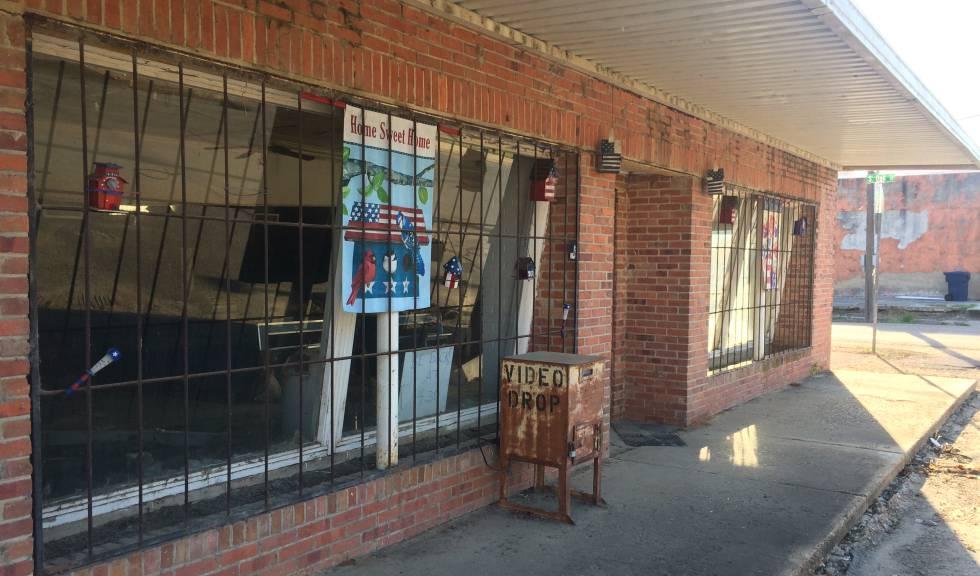 Un negocio abandonado en la calle principal.