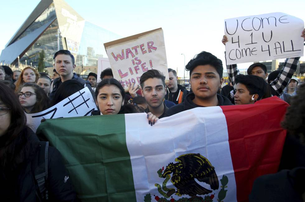 Jóvenes latinos en una protesta anti-Trump en Minneapolis.