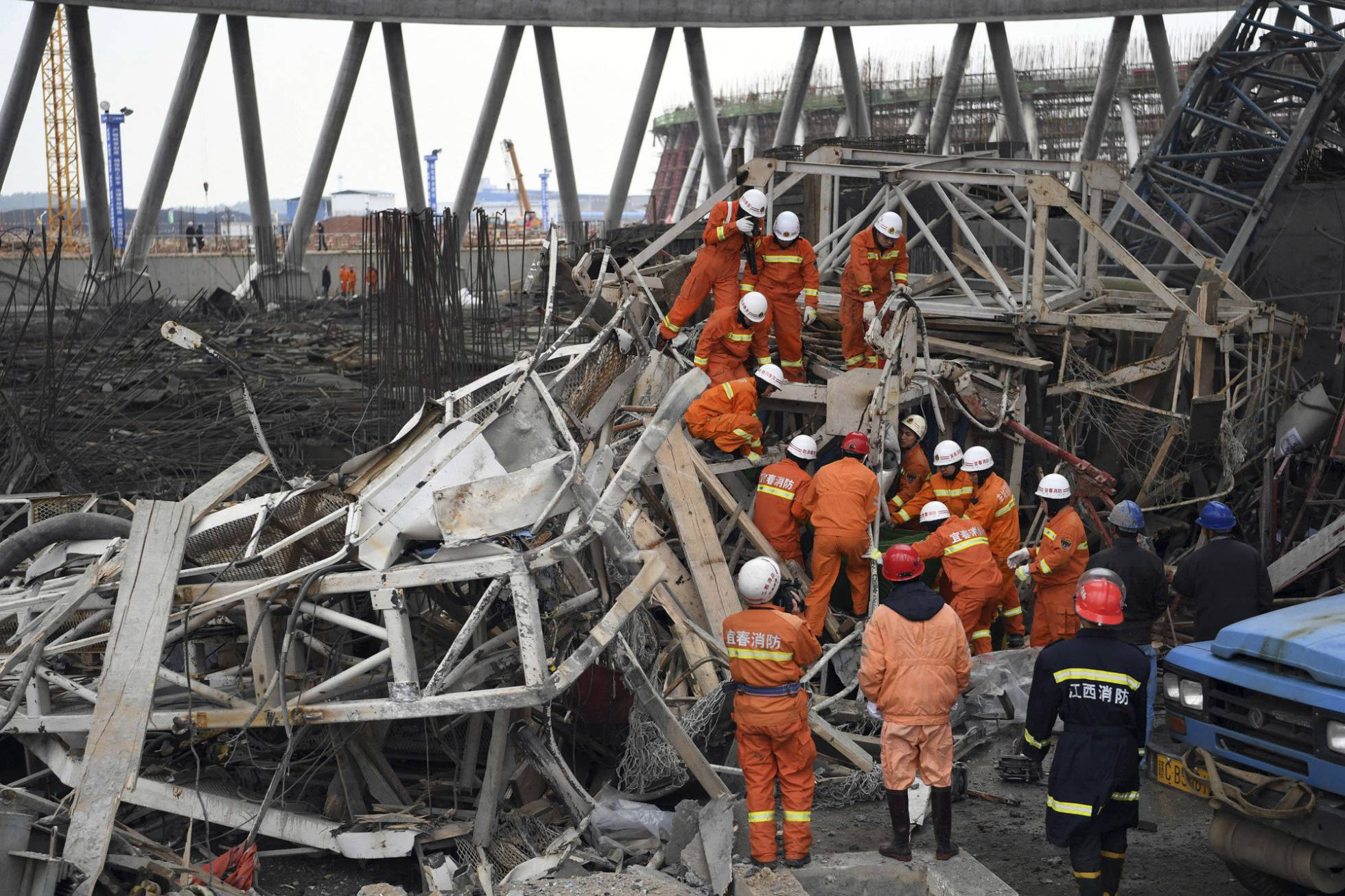 Imagen de la agencia Xinhua tras el desplome de un andamio.  A