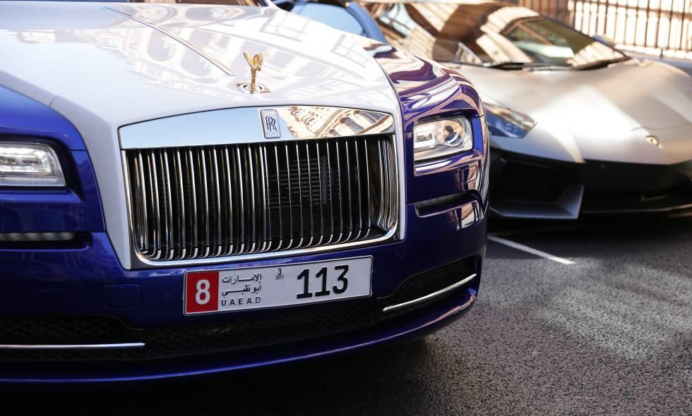 Dos coches de alta gama aparcados en una calle de Abu Dhabi.