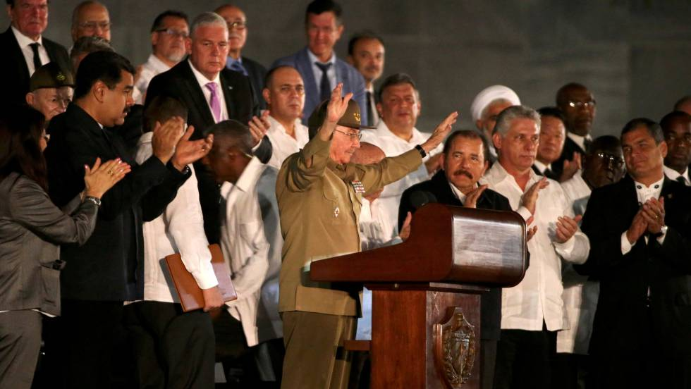 Raúl Castro discursa durante homenagem póstuma a seu irmão Fidel.