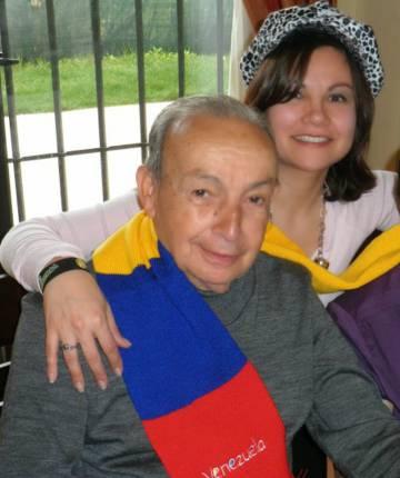 Ernesto con su hija María y su esposa Inés en su primera Navidad en España, hace cinco años.