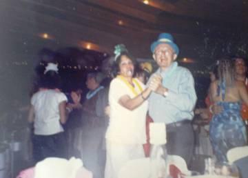 Nadezka, en una fiesta de fin de año con su difunto esposo en Isla Margarita, Venezuela, en 2000