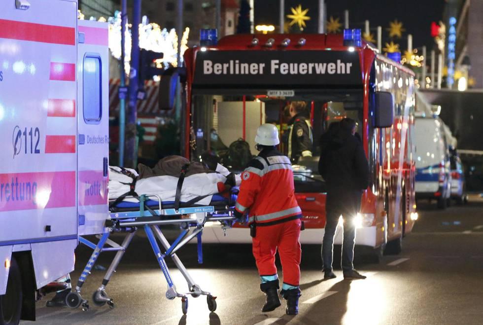 Una ambulancia traslada a un herido del mercadillo navideño de Berlín.
