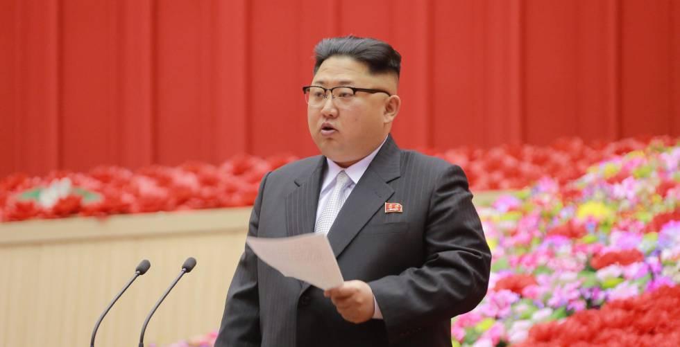 Kim Jong-un da un discurso durante la Conferencia de Presidentes de los Comités de Primarios del partido.