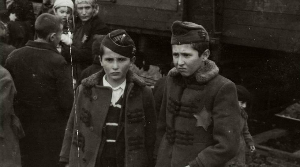 Os irmãos da pessoa que descobriu o Álbum, Israel e Zelig. Pouco depois que a foto foi tirada, foram assassinados.