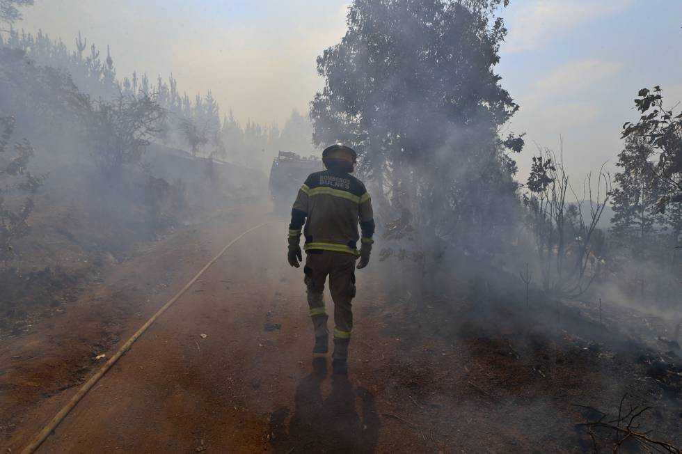 Un bombero en el Paso El Leon, Portezuelo, Chile