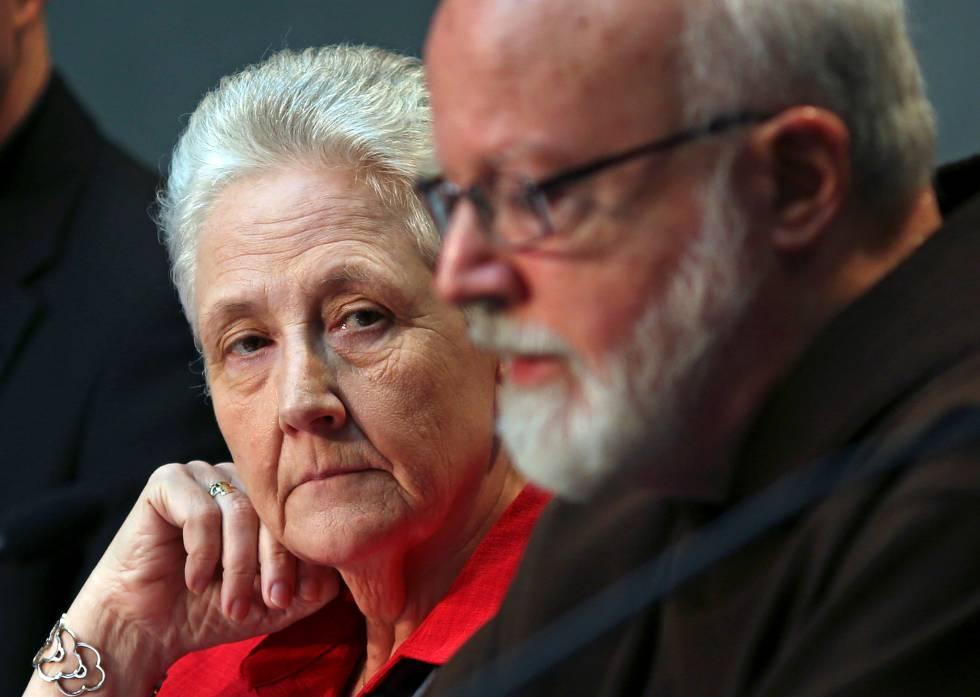 Maria Collins (i) y Peter Saunders, las dos víctimas que han dimitido de la comisión, en 2014