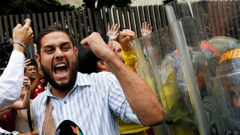 Juan Requesens, deputado da oposição, protesta diante do Tribunal Supremo.
