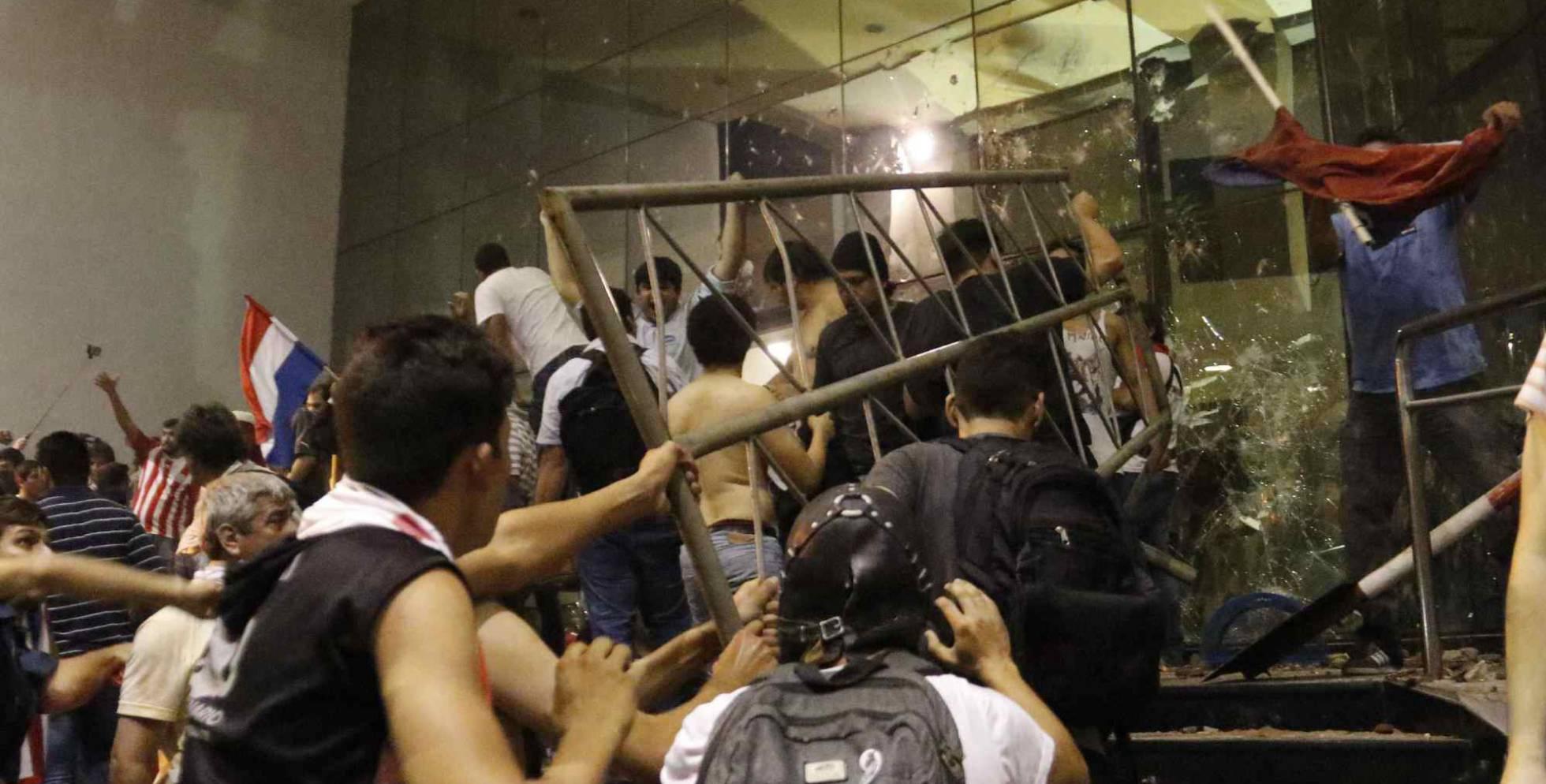 Um gurpo de manifestantes invadem o Congresso em Assunção.