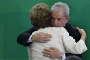 Lula da Silva abraza a Dilma Roussef durante la toma de posesión como ministro.
