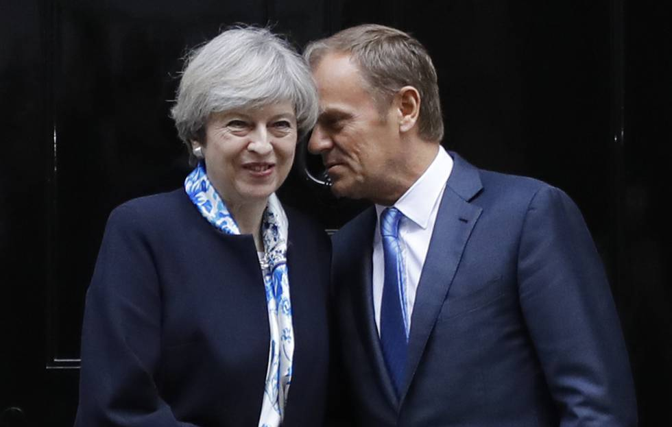 Theresa May y Donald Tusk, en abril