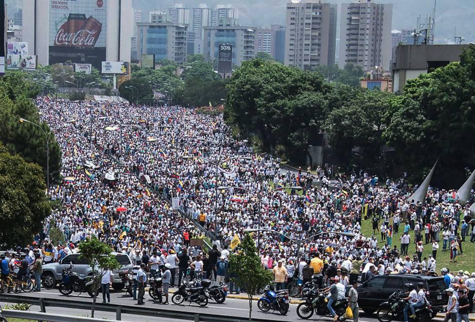 Resultado de imagen para marchas opositoras en venezuela 2017