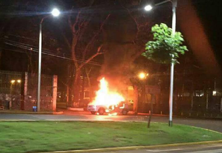 Una camioneta incendiada por el grupo comando durante su huida.