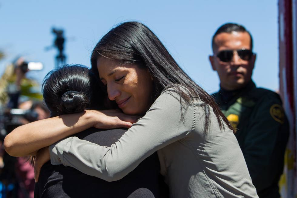 Jeanette Lorenzo hugs her mother at the border.