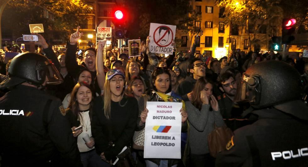 Cientos de venezolanos protestan en Madrid contra un acto de la Embajada