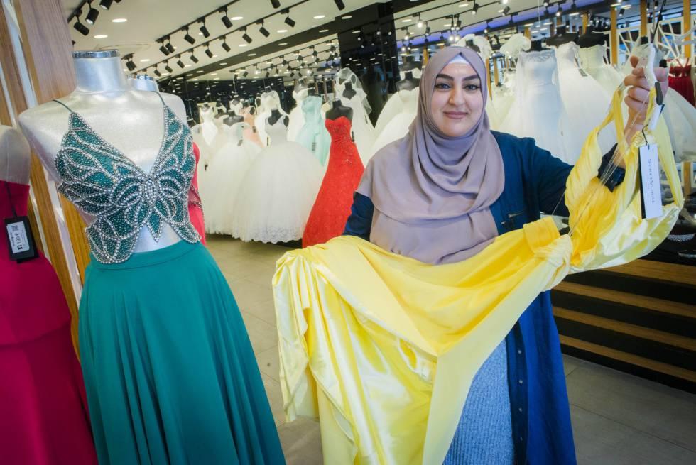 Istek Celik, dependienta de uan tienda de vestidos de novia en Marxloh, un suburbio de Duisburgo (Alemania).