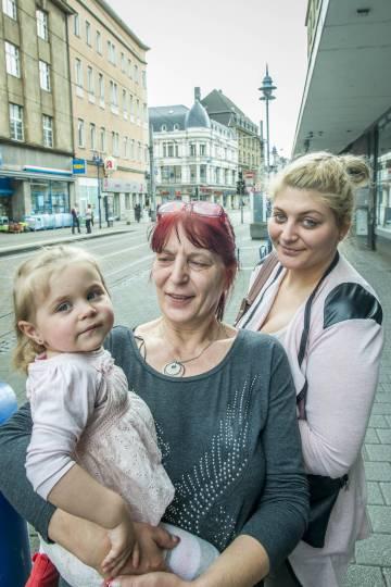 Dagmar Keiper, con su hija y con su nieta en uan calle de Marxloh, al norte de Duisburgo en el Estado federado de Renania del Norte-Westfalia.