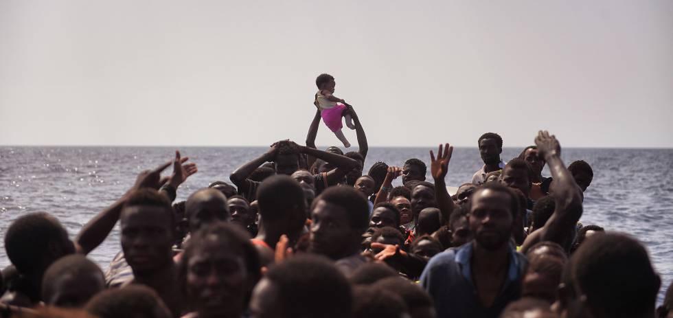 Cientos de emigrantes procedentes de Libia son rescatados en el Mediterráneo por la ONG Proactiva Open Arms.