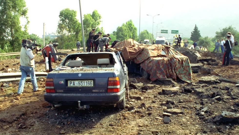 A bomba que sacudiu a itlia e causou a morte do juiz que inspira os carros destroados do juiz giovanni falcone e de sua escolta pouco depois do atentado em fandeluxe Gallery