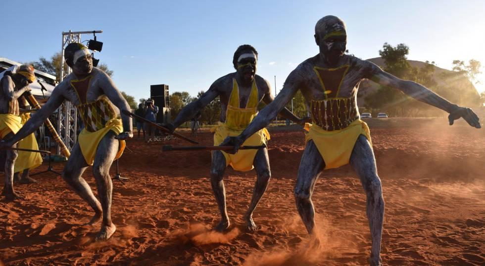 Bailarines aborígenes en apertura de la convención del Urulu.