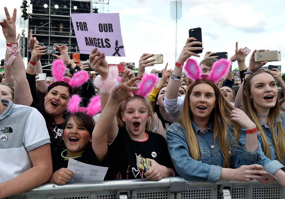 Varias jóvenes en el concierto One Love Manchester.