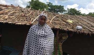 Zouera, junto a la cabaña en la que vive con una tía suya en Mbilé.