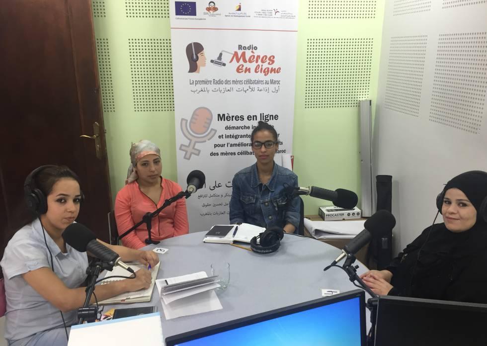De izquierda a derecha: Kaoutar Belhirech, Ouahiba Rizki, Aziza Beailki y Rachida Morchid, cuatro madres solteras, en el estudio de radio que la ONG 100% Mamans posee en su sede de Tánger.