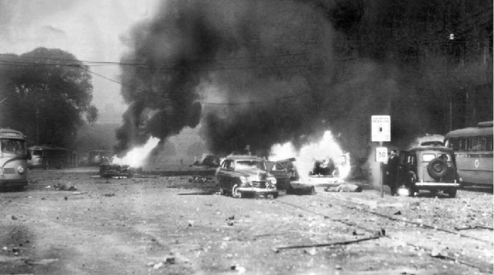 Autos y buses en llamas tras el bombardeo a la Plaza de Mayo el 16 de junio de 1955.