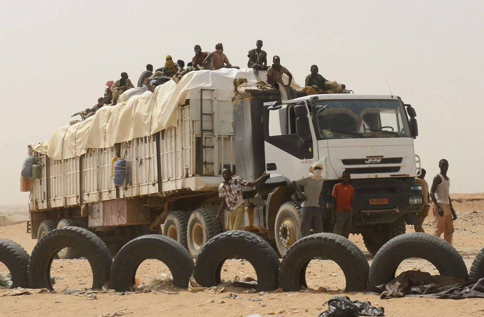 Um dos caminhões de transporte espera para passar por um posto de controle policial do Níger.
