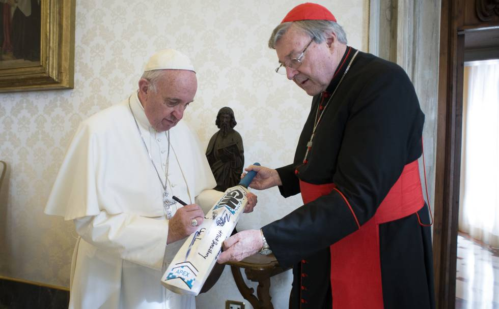El papa Francisco, con el cardenal George Pell