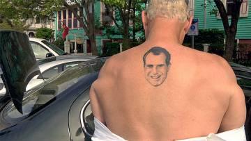 El tatuaje de Nixon en la espalda de Stone