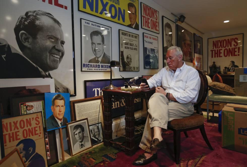 Stone, el pasado abril, en su residencia en Florida, rodeado de carteles de Nixon