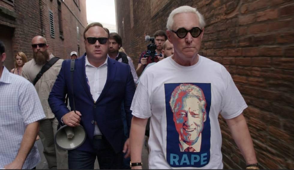 Stone, con una camiseta con el rostro de Bill Clinton y la palabra violación, el pasado julio en la convención republicana junto a Alex Jones, fundador de Infowars