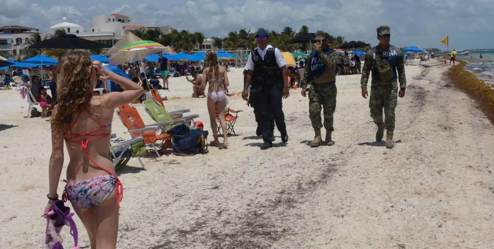 Soldados mexicanos vigiam praias em Cancun.